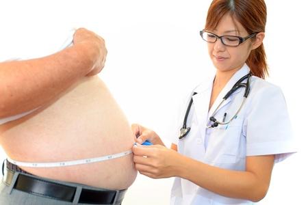 Mujer m�dico con un examen m�dico en los pacientes obesos