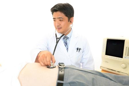 pain in the abdomen: Doctor examina a un paciente