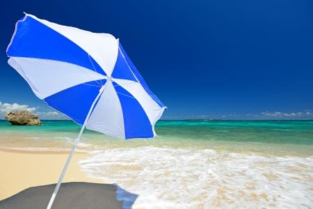 ombrellone spiaggia: La spiaggia e l'ombrellone di mezza estate