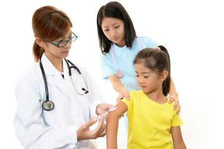 meningococcal: Doctor en inyectar la vacuna infantil