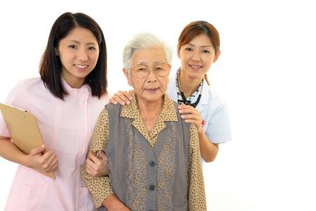 古い wonan と笑顔の医療スタッフ