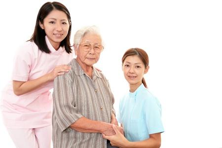Mujer mayor con su cuidador domiciliario Foto de archivo