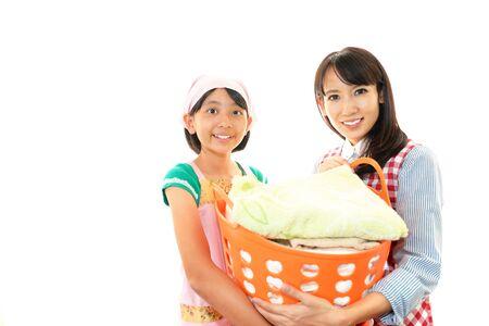 ランドリー Busket を運ぶかなりアジアの女性