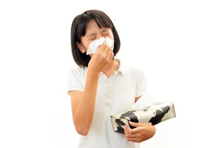 Chica con un fuerte resfriado