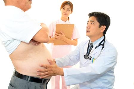M�dico con un examen de los pacientes obesos