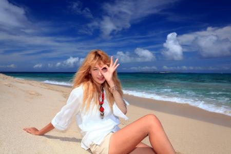 relaxes: La mujer que se relaja en la playa