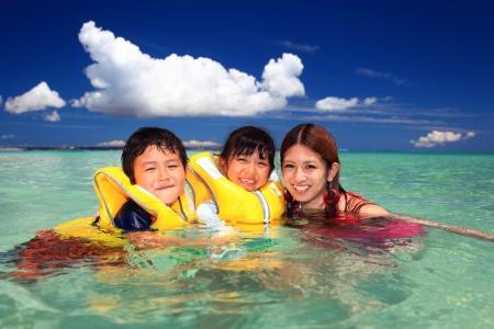 親と子、ビーチで遊んで