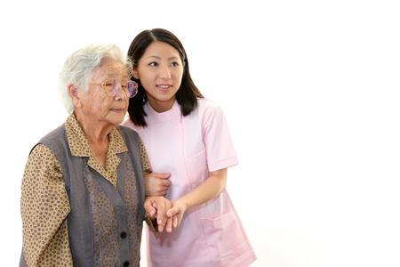 Friendly enfermera cuida a una anciana