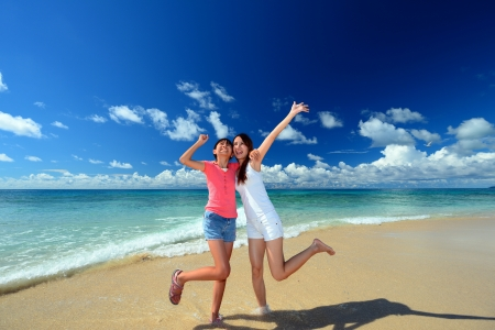 Familia jugando en la playa en Okinawa
