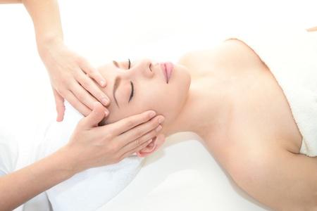 tratamiento facial: Mujer bonita que recibe masaje facial