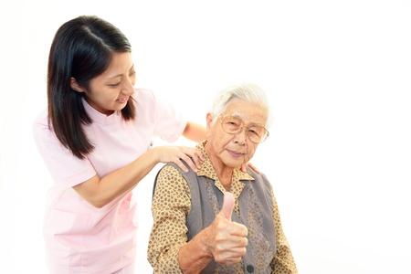 彼女の家の介護者と年配の女性