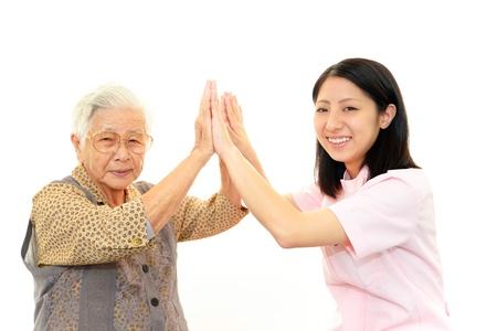 Vriendschappelijke verpleegster zorgt voor een oudere vrouw