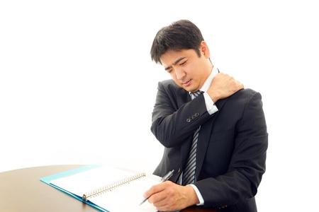 疲れているし、アジア系のビジネスマンを強調 写真素材