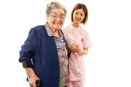 高齢者の女性と、笑顔の看護師