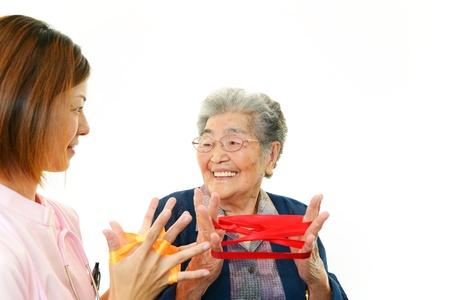 compa�erismo: Una se?ora mayor y una enfermera de la sonrisa Foto de archivo