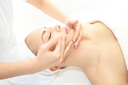 expresiones faciales: La mujer que est? haciendo cuidado de la piel