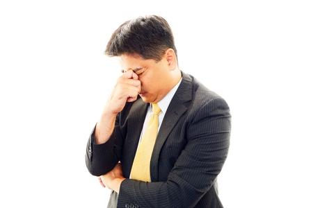 Hombre de negocios cansado y estresado asi?tico
