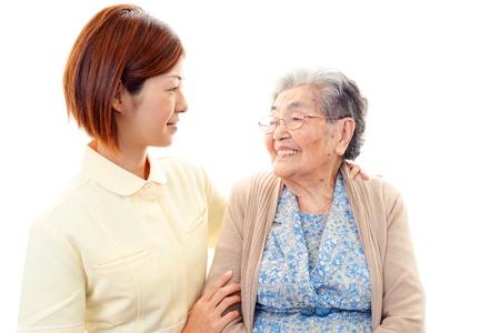 Una se?ora mayor y una enfermera de la sonrisa Foto de archivo
