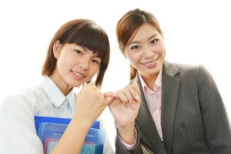 笑顔の少女と教師