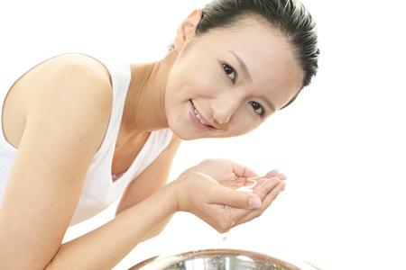 彼女の顔を洗う女