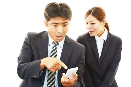 Surpris d'affaires et femme d'affaires