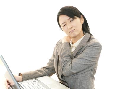douleur epaule: Femme d'affaires avec douleur � l'�paule Banque d'images