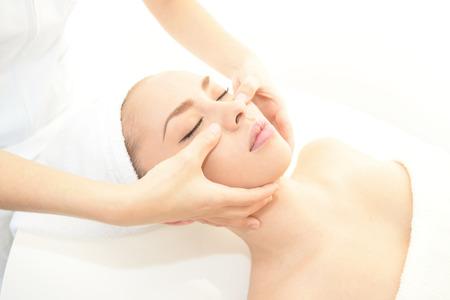 masajes faciales: Las mujeres que tienen un masaje facial