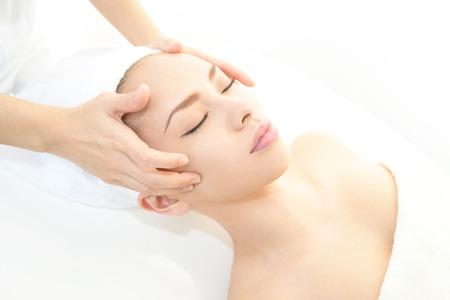 Las mujeres que tienen un masaje facial