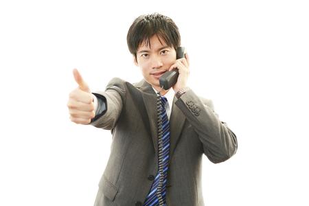 アジア系のビジネスマンの笑みを浮かべてください。