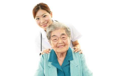 Doctor en medicina asiática y una mujer mayor
