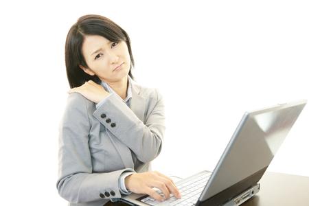 douleur epaule: Femme d'affaires avec la douleur d'�paule Banque d'images