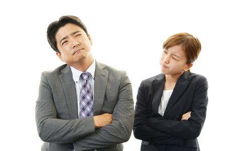 Homme d'affaires et femmes d'affaires insatisfait