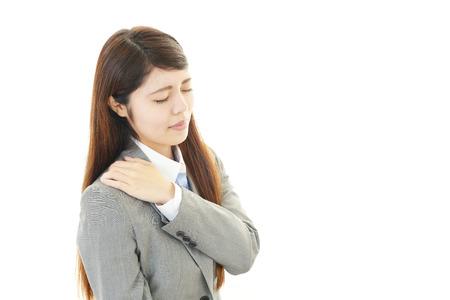 douleur epaule: Femme avec une douleur � l'�paule Banque d'images