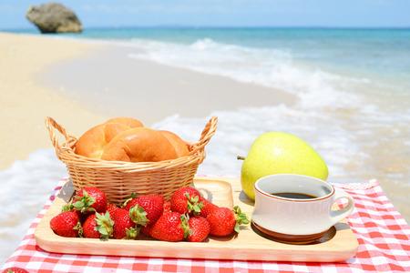 ビーチでの朝食します。 写真素材