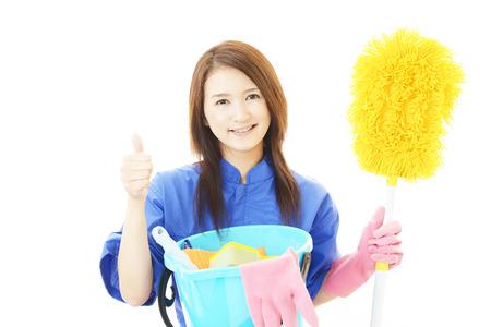 pulizia viso: La lavoratrice che pone felicemente su bianco Archivio Fotografico