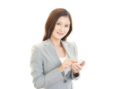 スマート フォンを持ったビジネス女性