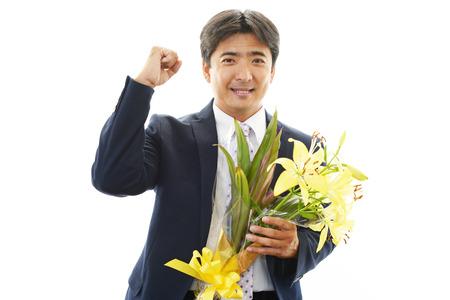 bouquet fleur: Homme tenant un bouquet de fleurs
