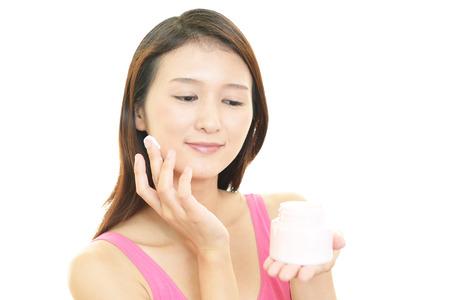 cremas faciales: La mujer que est� haciendo cuidado de la piel.