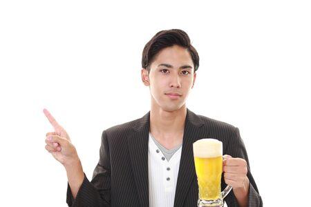 man drinkt bier:
