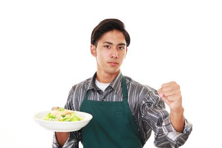 negocios comida: Hombre asiático que llevaba delantal de cocina Foto de archivo