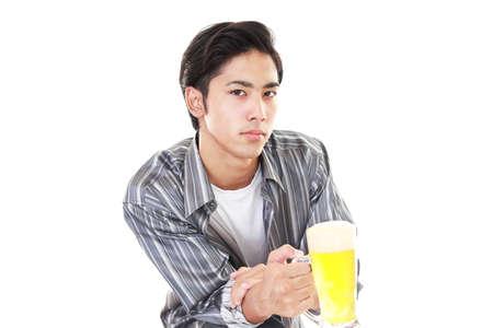 man drinkt bier: Man drinkt bier