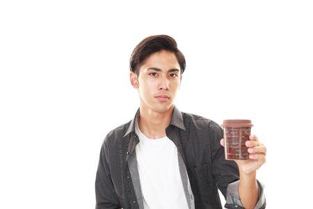 hombre tomando cafe: Smiling Asian man drinking coffee.