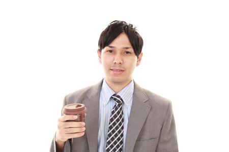 hombre tomando cafe: Retrato de hombre guapo beber caf�
