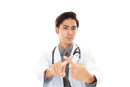 interdiction: Médecin asiatique montre le signe de l'interdiction