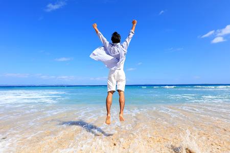 relajado: El hombre que se relaja en la playa.