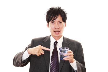 vasos de agua: Hombre de agua potable