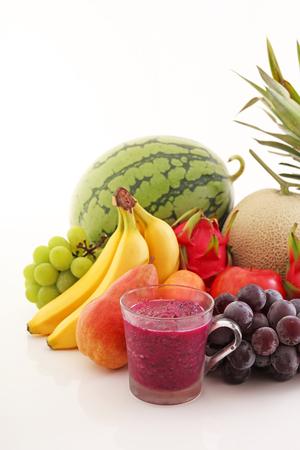 vaso de jugo: Frutas frescas con el jugo