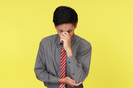 失望したアジア系のビジネスマン