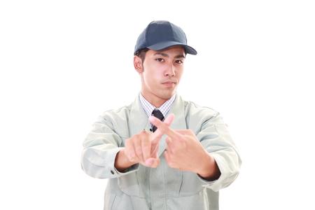 prohibition: Travailleur asiatique montre le signe de l'interdiction Banque d'images