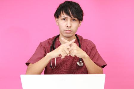 prohibition: Médecin asiatique montre le signe de l'interdiction
